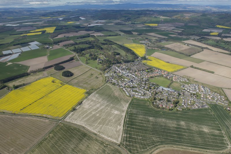 General oblique aerial view of the Carse of Gowrie, centred on Errol.