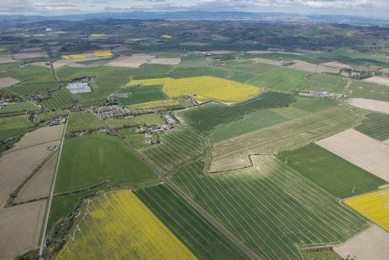 General oblique aerial view of the Carse of Gowrie, centred on Waterybutts farmstead.