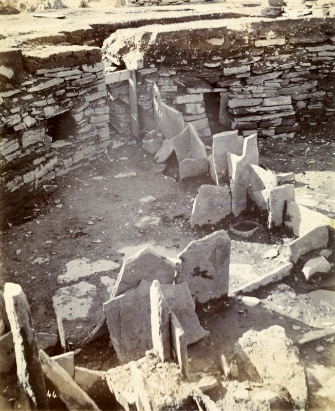 Photograph of Keiss Road Broch, entrance through encircling wall.
