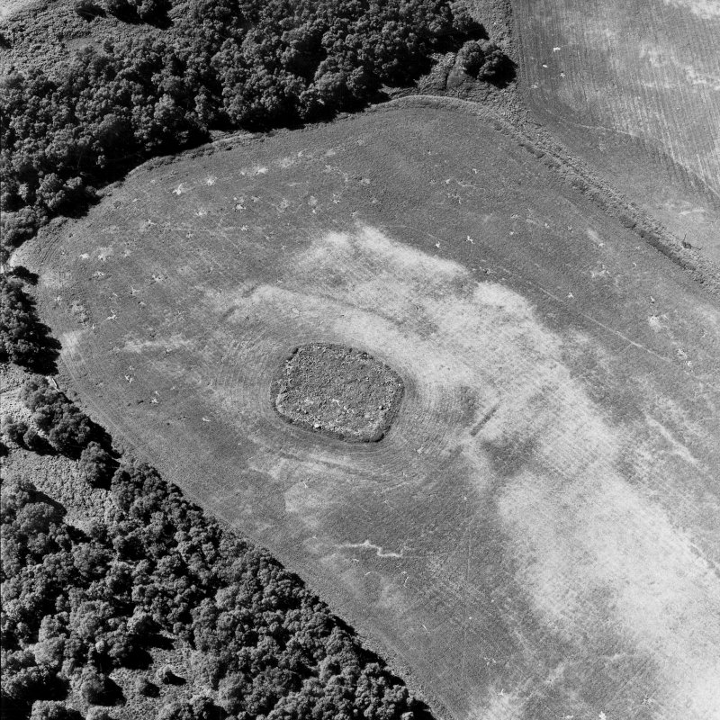 Parc-an-Caipel, Congash, oblique aerial view, taken from the ESE, centred on the remains of a chapel and burial-ground and on the cropmarks of an enclosure.