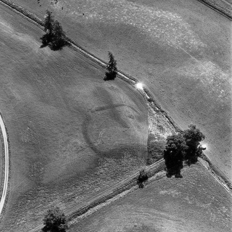 Monzie, oblique aerial view, taken from the NNW, centred on the cropmarks of a settlement and palisaded settlement.