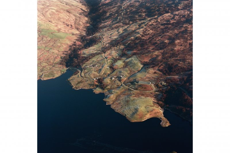Oblique aerial view of Duart centred on a township, rig, field-system and head-dyke, taken from the SW.