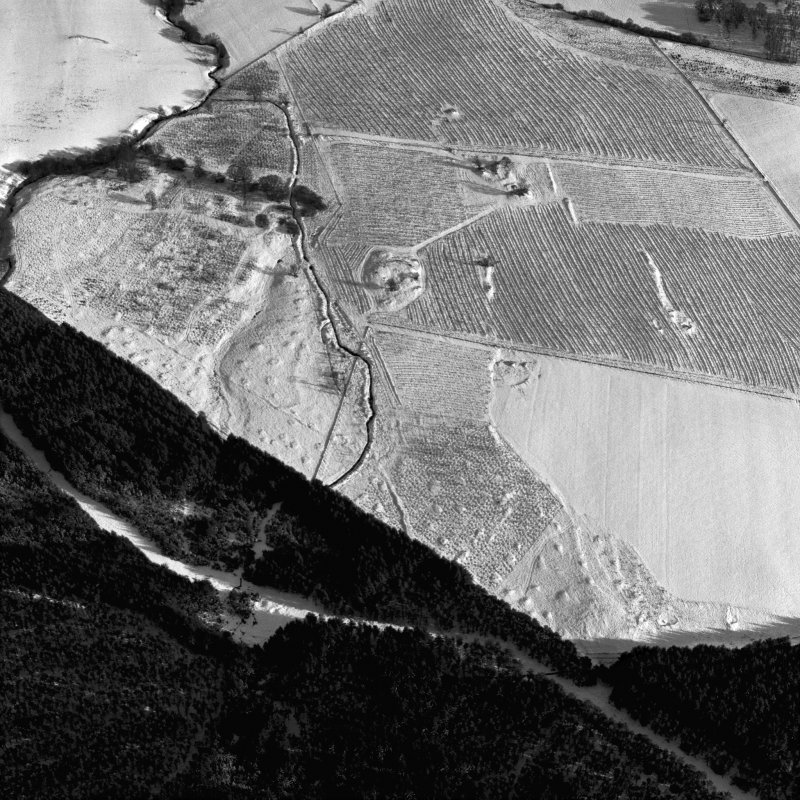 Oblique aerial view centred on the remains of the homestead and field-system, with the remains of the hut-circle, homestead, and building adjacent, taken from the WNW.