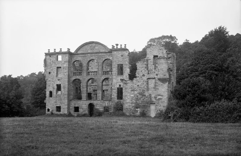 General view, renaissance front in ruinous condition
