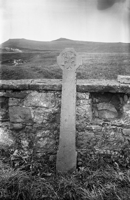 Mull, Inchkenneth, chapel. View of cross