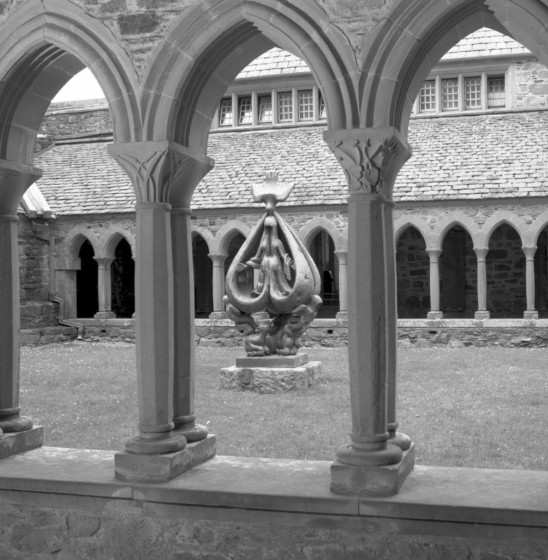 Iona Abbey, cloister. Cloister and statue.