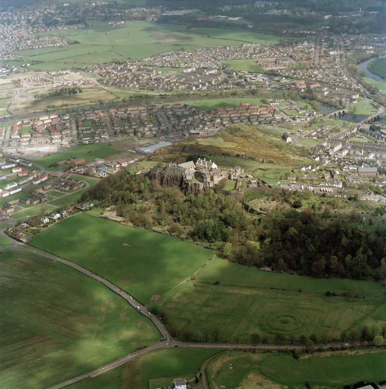 Oblique aerial view of Stirling centred on Stirling Castle with the town behind, taken from the SW.