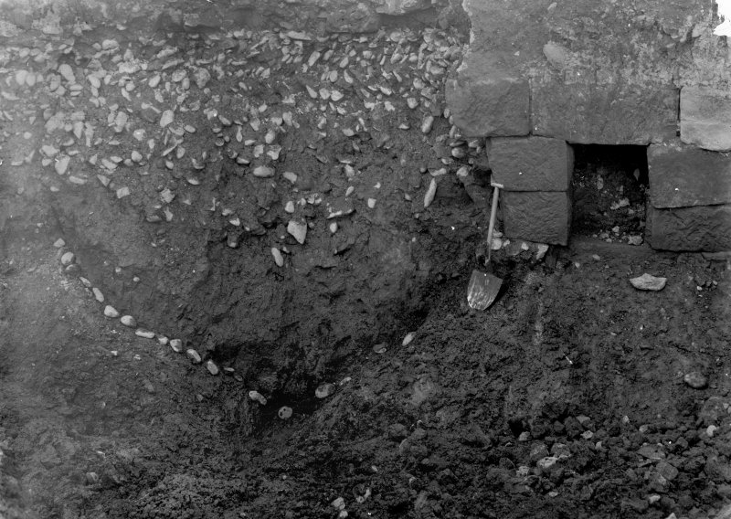 Excavation photograph showing drain mouth on W side showing outer ditch of W annexe paving below the wall, taken during the James Curle excavation 1905-1909.