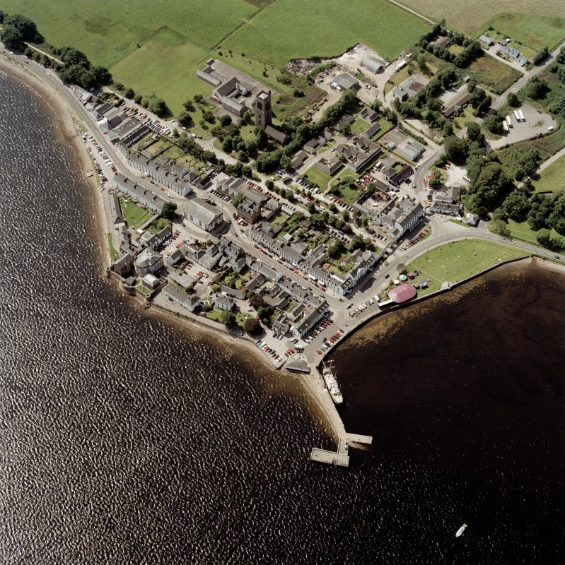 Oblique aerial view centred on the town of Inveraray, taken from the E.