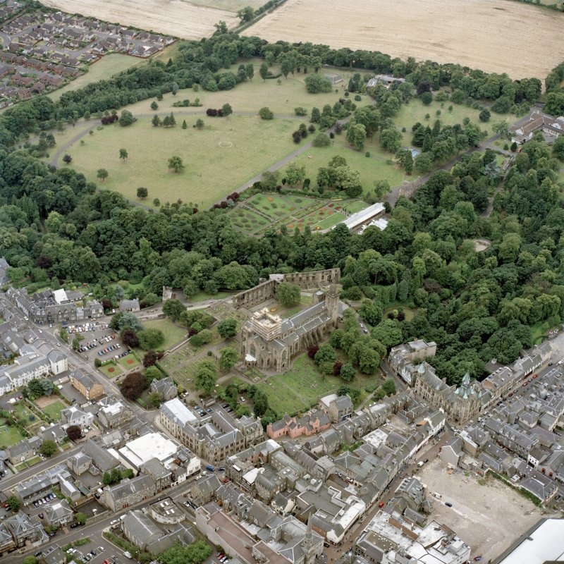 Oblique aerial view centred on Dunfermline Abbey, with the town hall, library and Abbots House adjacent, taken from the NE.