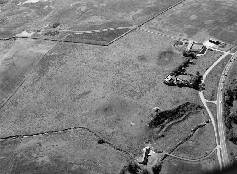 General oblique aerial view centred on the remains of the barrow at Bairnie Hillock, looking to the SSE.