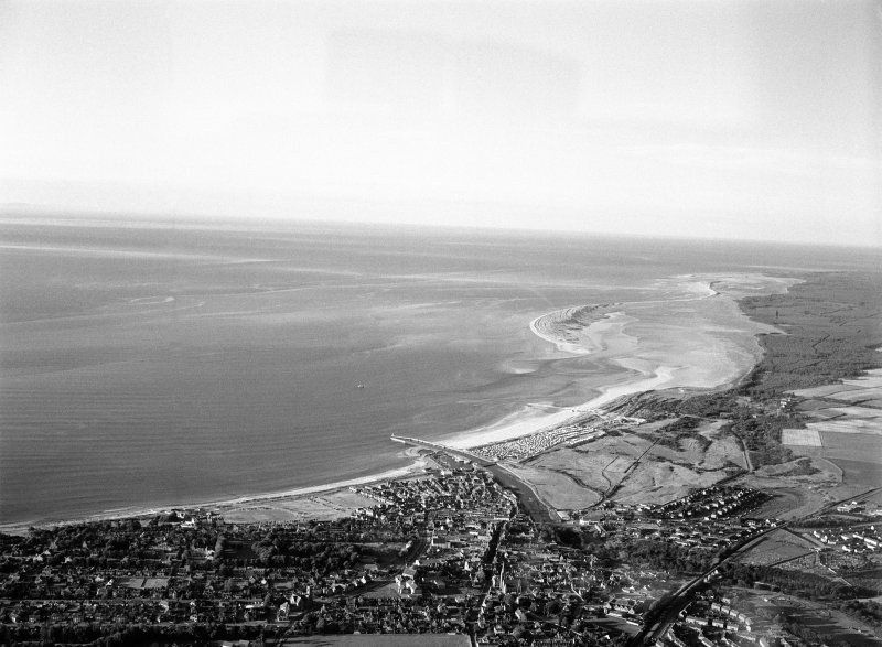 General oblique aerial view centred on Nairn and the Moray Firth, looking to the ENE.