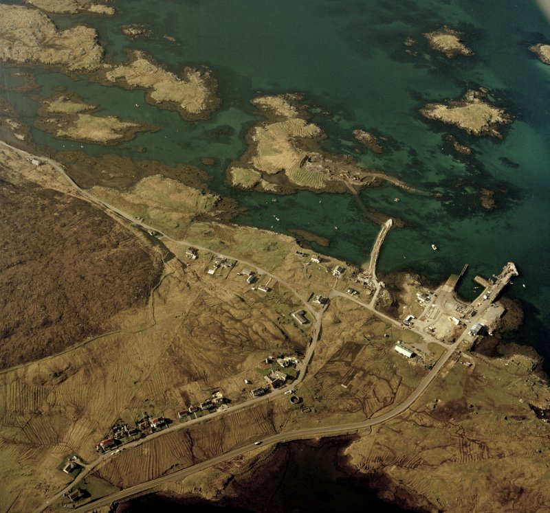 Oblique aerial view centred on the pier and the town, taken from the NNE.