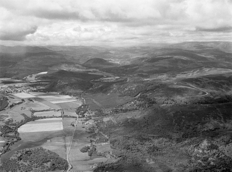 General oblique aerial view centred on Tullich, the Pass of Ballater and the River Dee, looking to the WSW.