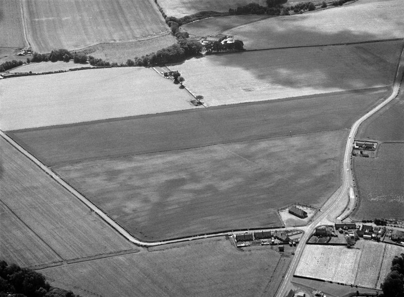 Oblique aerial view centred on the cropmarks of the pit alignment, pit enclosure, possible barrows and rig at Inchbare, looking to the SE.