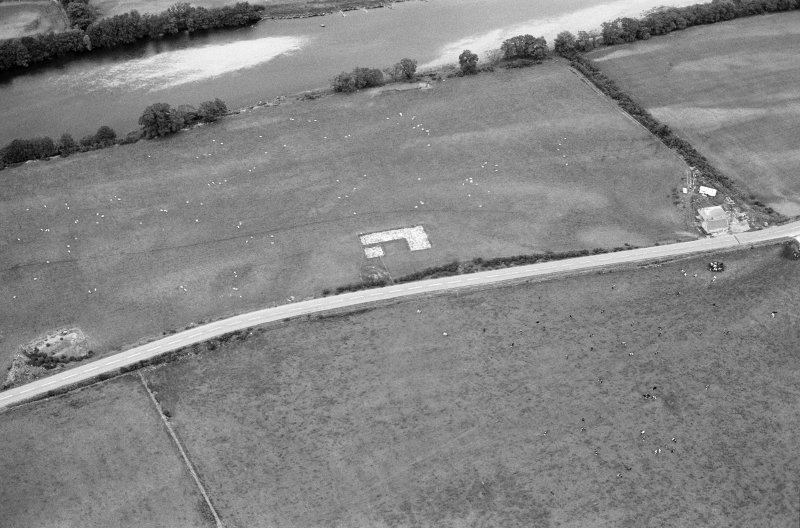 Oblique aerial view centred on the excavation of the timber hall at Balbridie, looking to the NNE.
