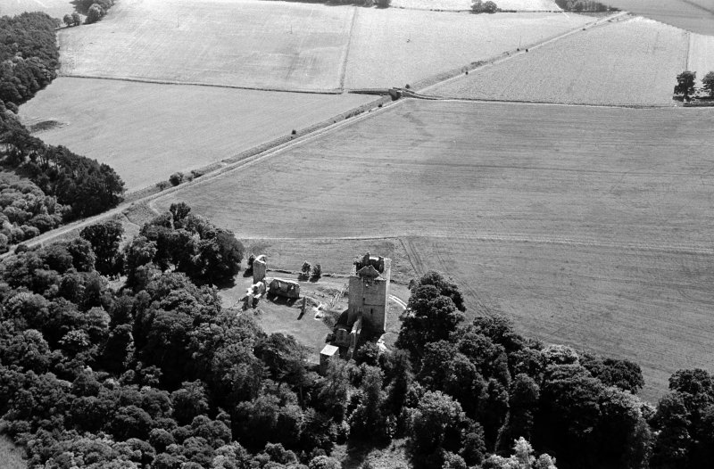 Oblique aerial view centred on the remains of Spynie Palace, looking to the SE.