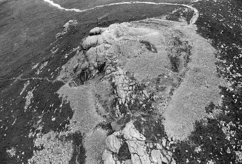 Oblique aerial view centred on the remains of the fort at Mither Tap of Bennachie, looking to the N.