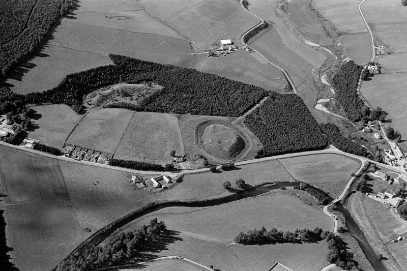 Oblique aerial view centred on the remains of the castle and motte of Doune of Invernochty, looking to the WNW.