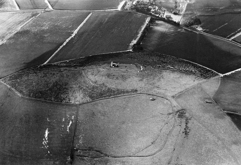Oblique aerial view centred on the remains of the tower house and fort at Dunideer, looking to the NNE.
