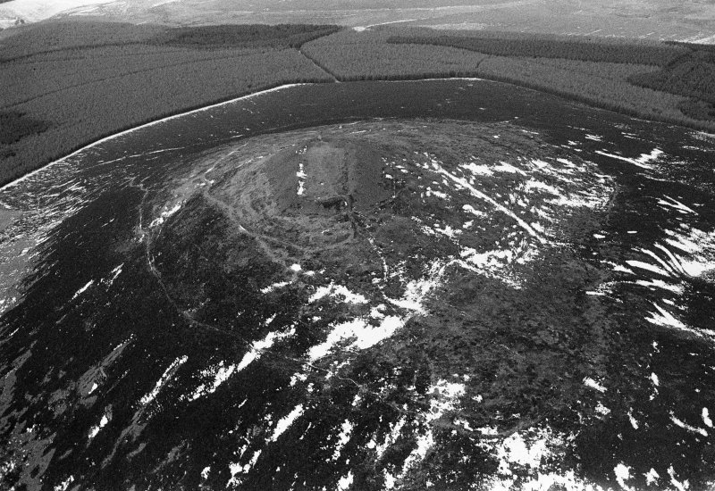 Oblique aerial view centred on the remains of the fort at Tap O'Noth, looking to the NW.