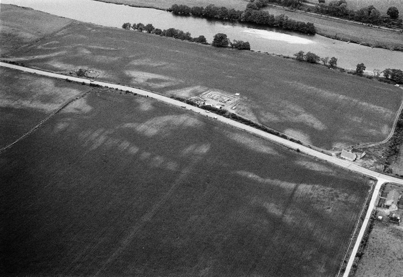 Oblique aerial view centred on the excavation of the timber hall at Balbridie, looking to the NW.