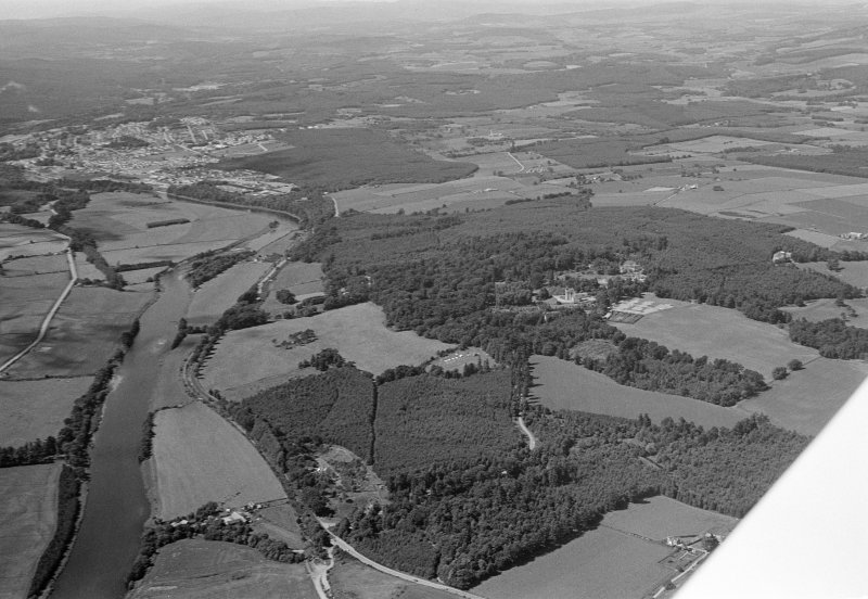 General oblique aerial view centred on Crathes Castle and policies, Milton Wood and the River Dee, looking to the WNW.