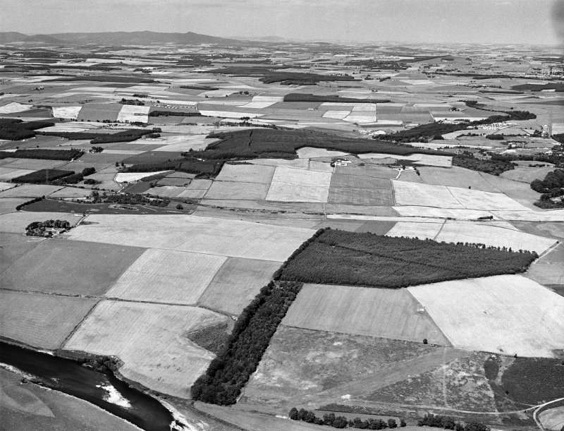 Oblique aerial view centred on the cropmarks of the Roman Temporary Camp at Normandykes, looking to the NNW.