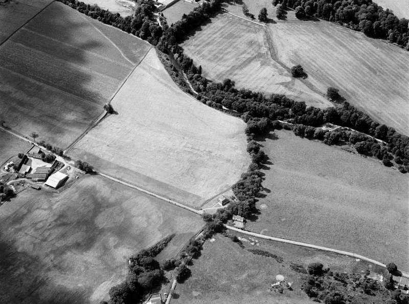 Oblique aerial view centred on the cropmarks of the enclosure at Easter Galcantray, looking to the NNW.