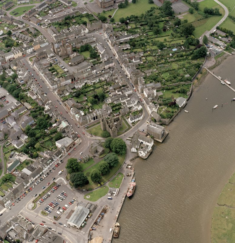Oblique aerial view of Kirkcudbright centred on Kirkcudbright Parish Church, taken from the NE.