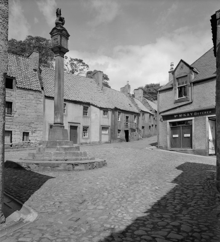 General view of the Cross and Tanhouse Brae with Market Cross in foreground