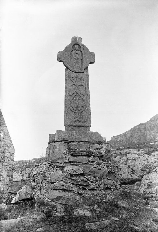 Oronsay Priory. General view of Abbot's Cross.
