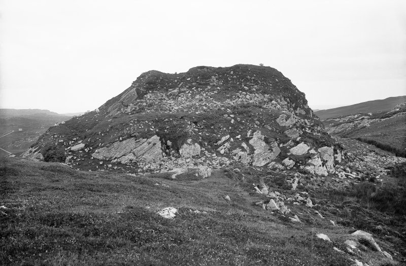 Colonsay, Dun Eibhinn. View looking up towards the fort, from the east.