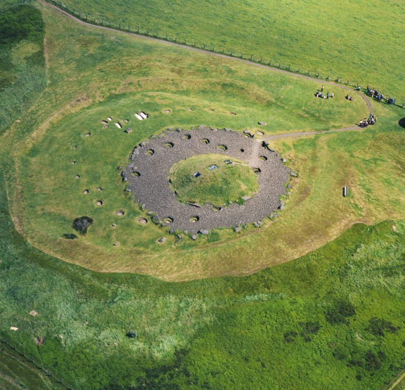 Oblique aerial view centred on the henge and cairn, Cairnpapple.