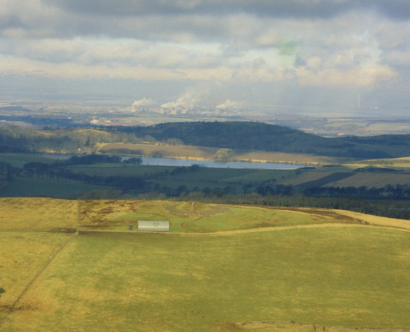 Oblique aerial view centred on the henge and cairn, Cairnpapple