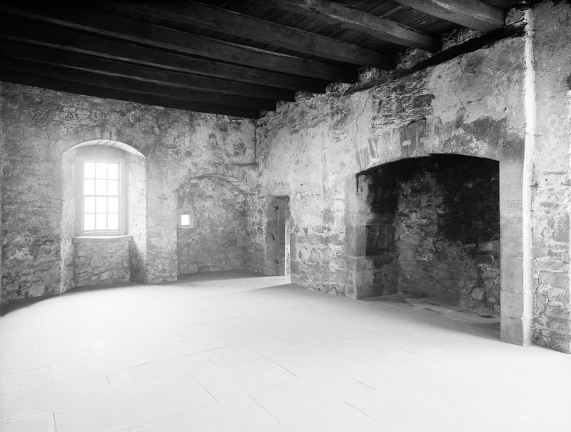 Dundee, Claypotts Road, Claypotts Castle, interior. General view of recess.