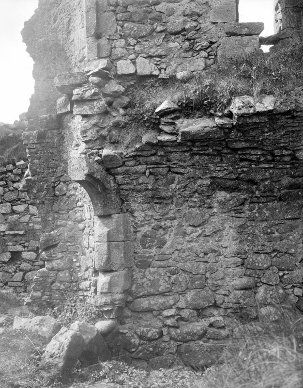 Interior. General view showing ruined archway.