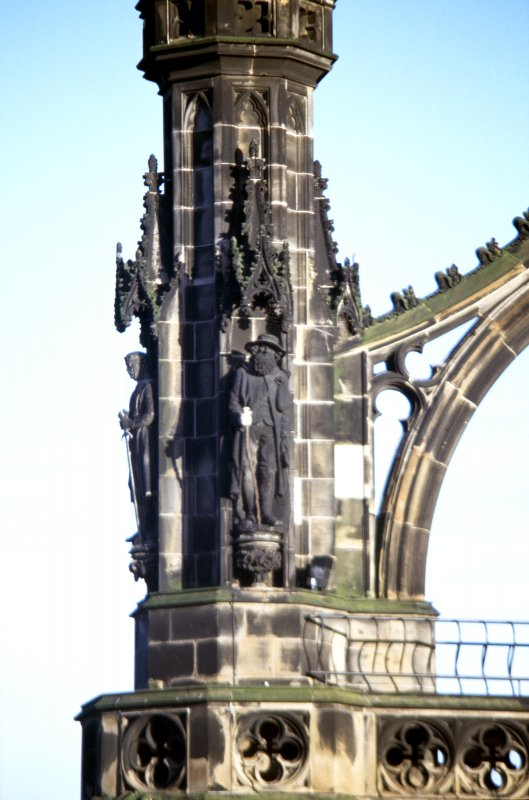 View of statues of Edie Ochiltree (right) and Robert the Bruce (left), on upper tier of NE buttress.