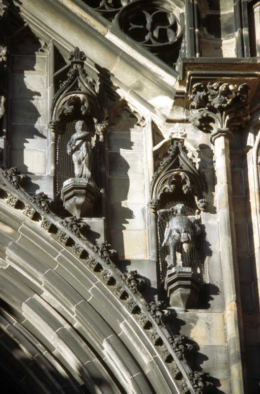 View of statues of the Lady of Avenel and Sir Piercie Shafton (left to right), above ground floor arch, E side.