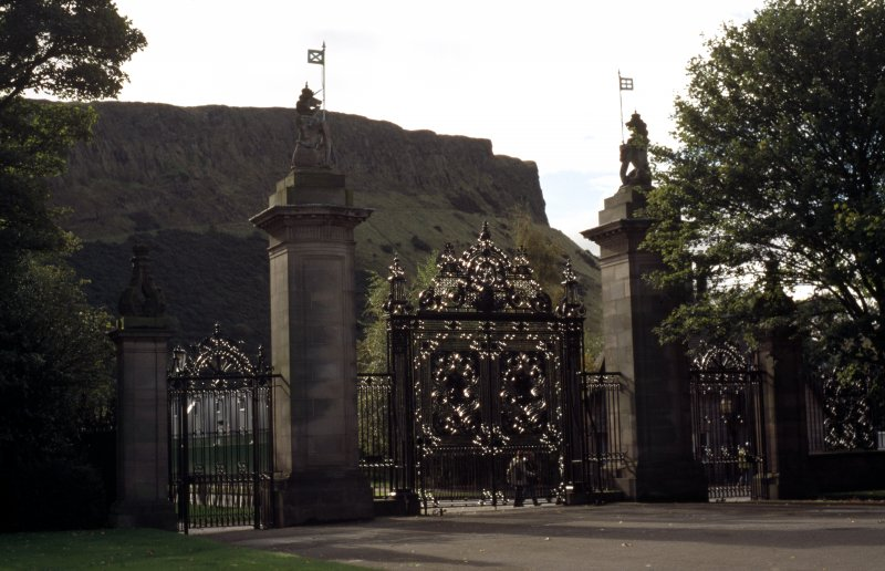 View of gates and gate piers at S end of forecourt of Palace of Holyroodhouse (part of Memorial to Edward VII).