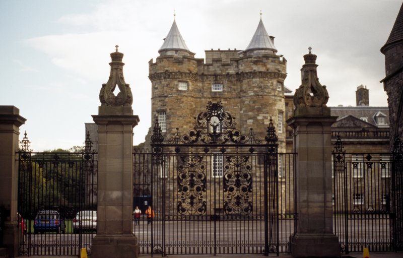 View of gates and gate piers at W end of forecourt of Palace of Holyroodhouse (part of Memorial to Edward VII).