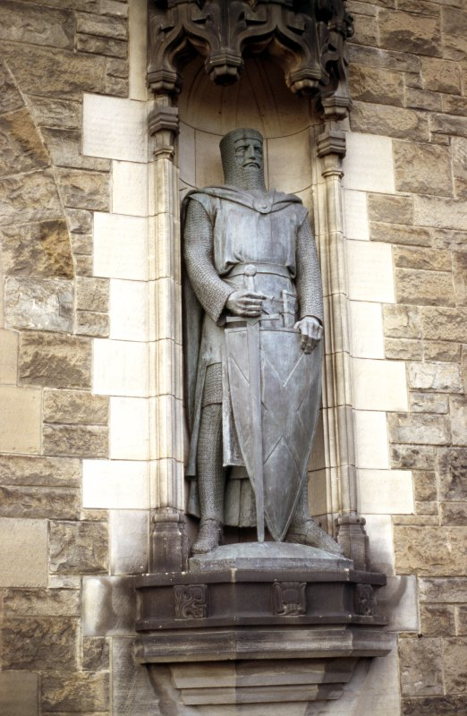 Close-up view of statue of William Wallace, in niche on N side of entrance to Castle.