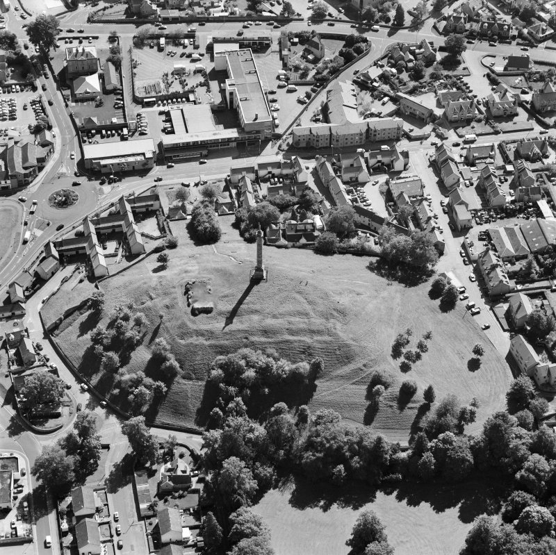 Oblique aerial view of Lady Hill, Elgin, centred on the Duke of Gordon Monument and remains of of the castle, taken from the NNW.