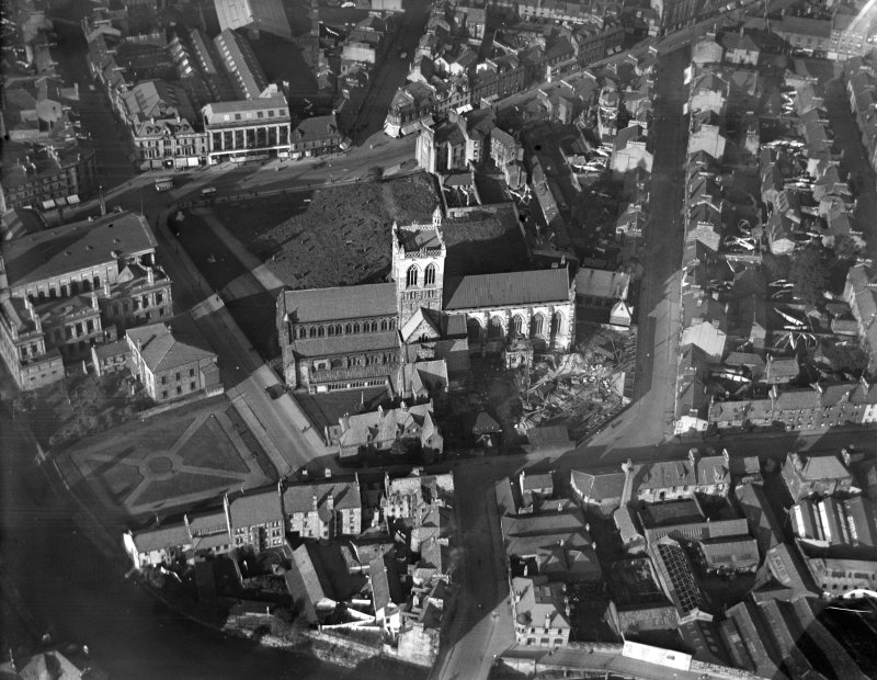 Paisley Abbey, Abbey Close, also showing Paisley Town Hall.  Oblique aerial photograph taken facing north.