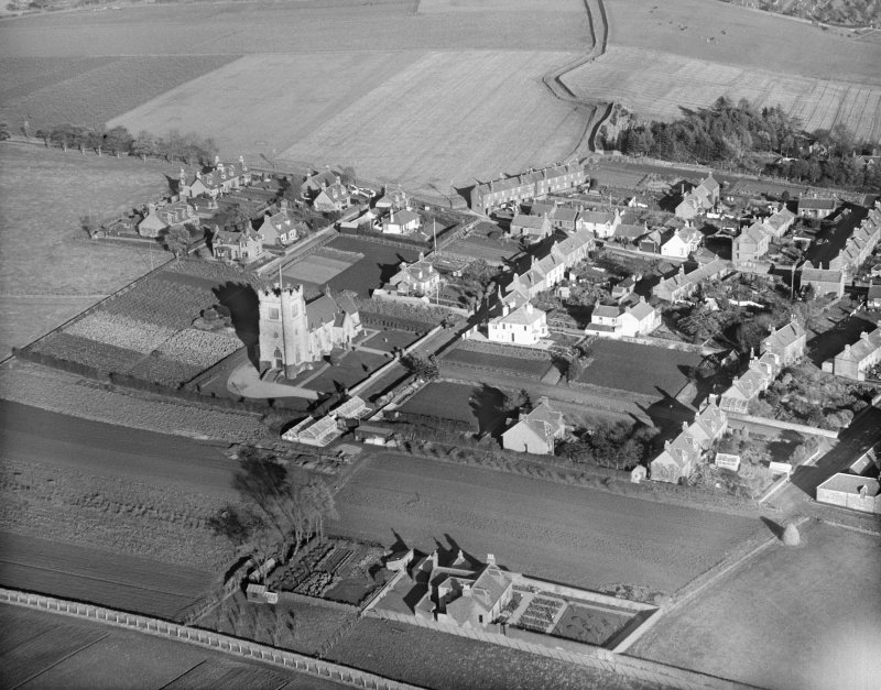 Kirriemuir, general view, showing St Mary's Episcopal Church, West Hillbank.  Oblique aerial photograph taken facing north-east.