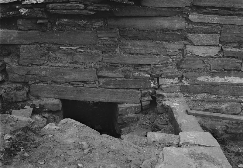 Possible garderobe in S portion of E tower wall.