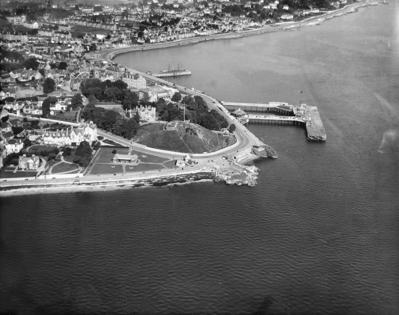 Dunoon, general view, showing Dunoon Castle, and Pier Esplanade.  Oblique aerial photograph taken facing north.