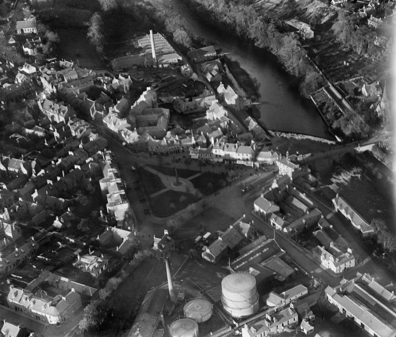 Blairgowrie, general view, showing Blairgowrie Bridge and Wellmeadow War Memorial.  Oblique aerial photograph taken facing north.