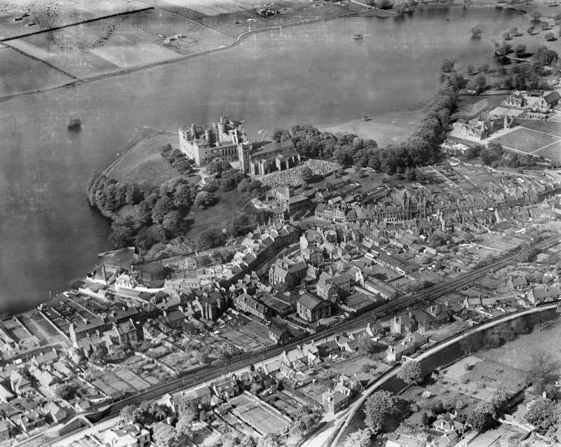 Linlithgow, general view, showing Linlithgow Palace, St Michael's Church and Loch.  Oblique aerial photograph taken facing north.