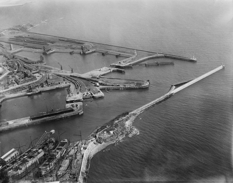 Burntisland, general view, showing Burntisland Harbour and Docks.  Oblique aerial photograph taken facing south-east.